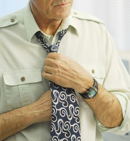 knotting: Annodamento di una cravatta. Archivio Fotografico