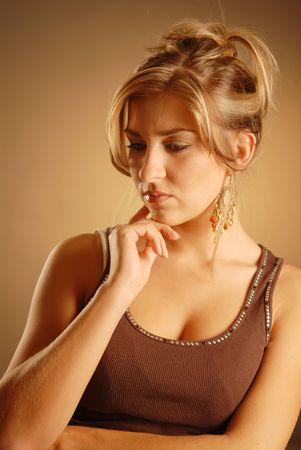 mujer pensativa: Una joven mujer pensativa.