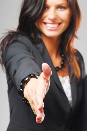 mani che si stringono: Una giovane imprenditrice ordinare la mano