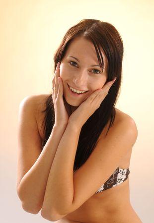 loose hair: La donna con i capelli sciolti lungo nero in reggiseno