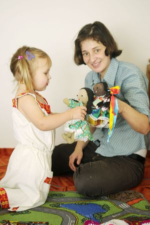 dolly: La bambina con trecce e con la madre e dolly