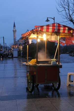 spotlit: The sporadic stand with food in Istanbul Stock Photo
