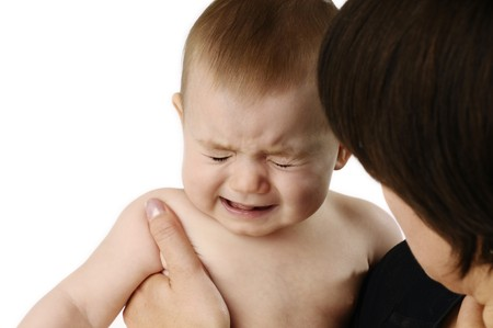Mutter tröstlich ein weinendes baby