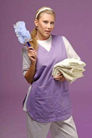 femme nettoyage: Femme de m�nage sur fond violet