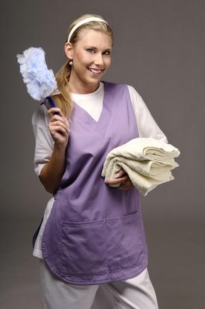 mujer limpiando: Mujer de la limpieza en violeta apaisada Foto de archivo