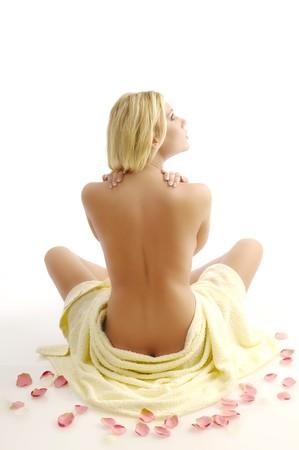 back of woman: Mujer en la toalla de ba�o sobre fondo blanco