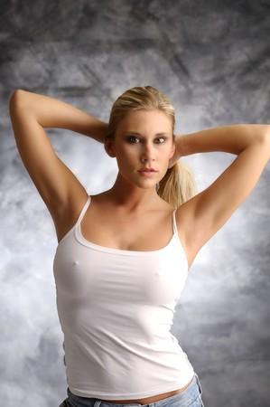 pezones: Chica rubia en camisa blanca sobre fondo ahumado