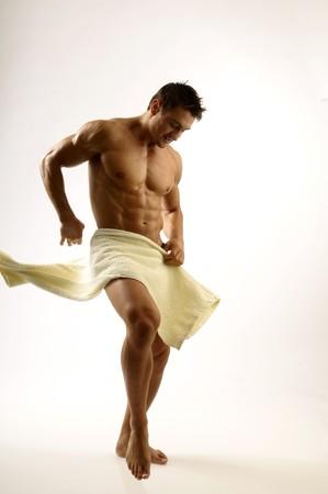 toalla: Un hombre joven con una toalla  Foto de archivo