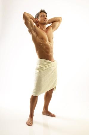 Ein junger Mann mit einem Handtuch Standard-Bild