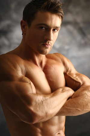 Junge attraktive Muskelprotz Posen