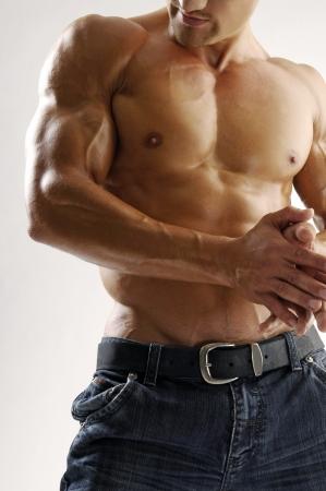 Ein junger Mann mit Muskeln Standard-Bild