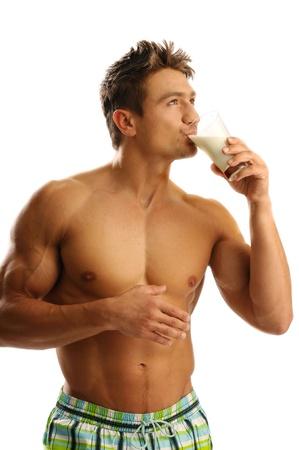 Ein Mann mit einem Glas Milch