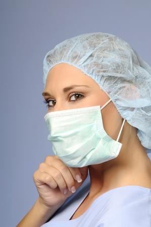 enfermera con cofia: Browneyed chica con una gorra m�dica y m�scara