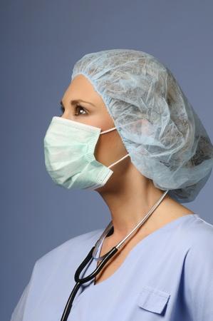 nurse cap: Ragazza con un berretto medica e la maschera