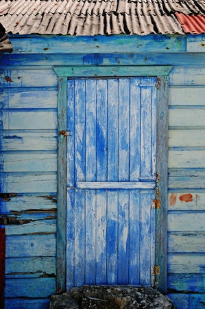 Blaue Tür des Hauses Strand in Xcalak in Mexiko