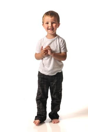 Barefoot Junge in Hose und weißem Hemd Standard-Bild