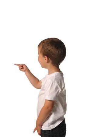 Bild eines Jungen zeigt auf etwas Standard-Bild