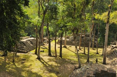 Zwei der Tempel in der Copan Ruinas in Honduras Editorial