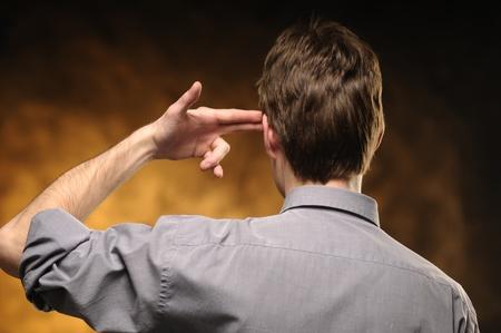 Mann von hinten mit den Händen auf den Tempel Standard-Bild