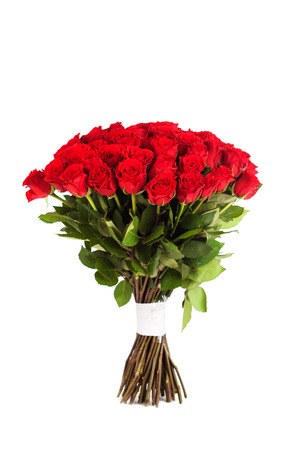 Gran ramo de rosas rojas aisladas sobre fondo blanco