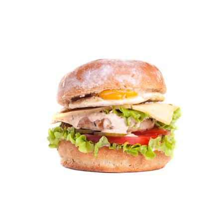 Cheeseburger die op witte achtergrond wordt geïsoleerd