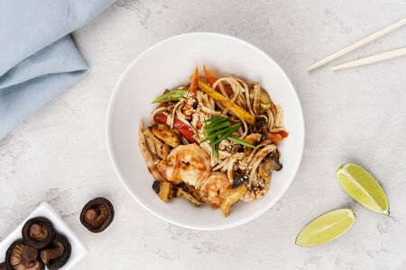 Wok noodles with chicken, shrimp and vegetables, seasoned with aromatic Thai sauce. Food delivery. Stockfoto