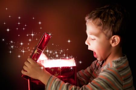 마법의: 놀란 아이가 마법의 선물 안에 열어보고 스톡 사진