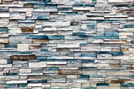주로 흰색과 파란색 벽돌이 달린 돌담이지만 일부는 갈색입니다.