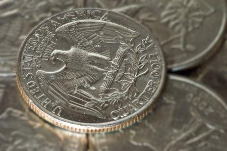 A close up van een kwart ontop van andere kwartalen. Eagle kant naar boven.