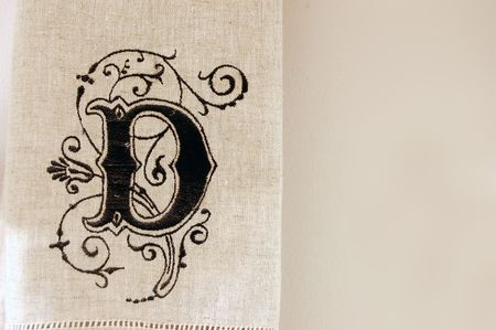 Een handdoek met de letter D erop.