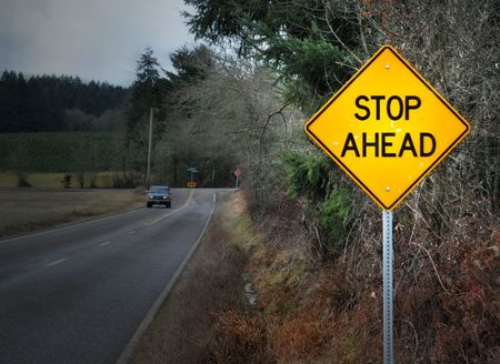 停止前方道路通りは農村風景にサインインします。 写真素材