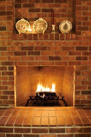 legen: Einfache sauber gemauerten Kamin mit einem einzigen Feuer-Log Ausbrennen, Hitze zu geben. Es gibt Weihnachten Platten dekorieren es an die Spitze, aber diejenigen k�nnen aus beschnitten werden, um jeder Urlaub Typ Design entfernen.