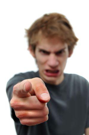 Angry young man zijn vinger met woede op de camera. De hand is selectief in focus en witte geïsoleerde copyspace aan beide zijden van hem.