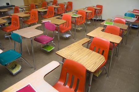 salle classe: Une salle de classe vide avec aucun �tudiants assis dans les bureaux. Il y a certains ordinateurs portables portant autour de la pi�ce (aucun contiennent tous les logos).