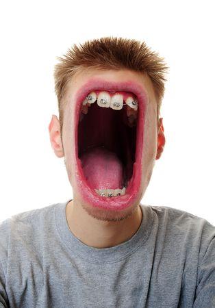Un joven blanco Cáucaso macho adulto gritando su mensaje furiosamente aislado sobre fondo blanco.  Foto de archivo