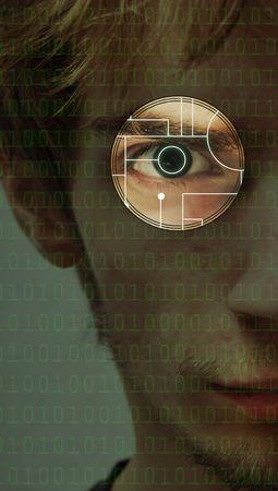 Il s'agit d'une illustration graphique et d'une photographie combinée. Un homme déterminé sérieux et déterminé regarde à travers un cercle avec une conception de carte de circuit à l'intérieur de celui-ci et le code binaire. Banque d'images - 6388290