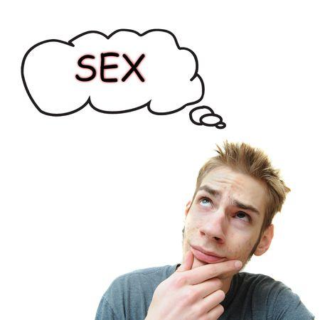 Een jonge mannelijke witte volwassene denkt over het geslacht. Geïsoleerd op een witte achtergrond.
