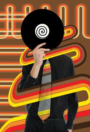Man in pak en stropdas bezit een vinyl LP Record op zijn hoofd omhoog met retro lijnen gaan om hem heen