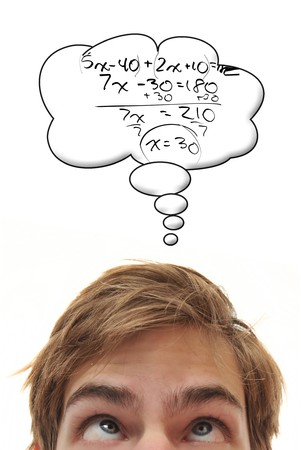matematica: Inteligente joven macho blanco C�ucaso estudiante resuelve un problema de matem�ticas complejas de �lgebra, derecho en su cabeza Foto de archivo