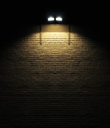 오래 된 거친 벽돌 벽 배경 질감 그것에 빛나는 스포트 라이트와 함께