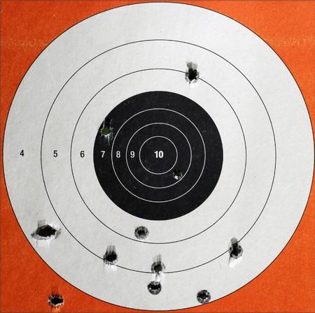 gun shell: Un detalle de un destino de pr�ctica utilizado para disparar con agujeros de bala en el mismo.
