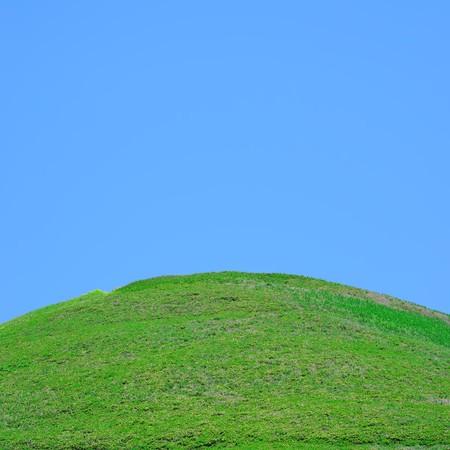 en mont�e: La sempiternelle herbe champ avec ciel bleu ci-dessus Banque d'images