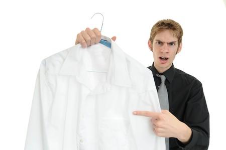 dry cleaned: Clienti insoddisfatti regge un abito pulito asciutto. Perso un posto! Archivio Fotografico