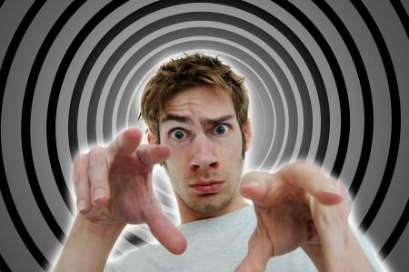 hypnotique: Image d'un hypnotiseur de lavage de cerveau du spectateur dans une transe profonde subliminale subconsciente en utilisant des tactiques secr�tes de contr�le mental.