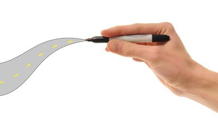 onward: Una mano blanca de raza blanca tiene un marcador y dibuja el camino por delante. Futuro planificaci�n adelante!