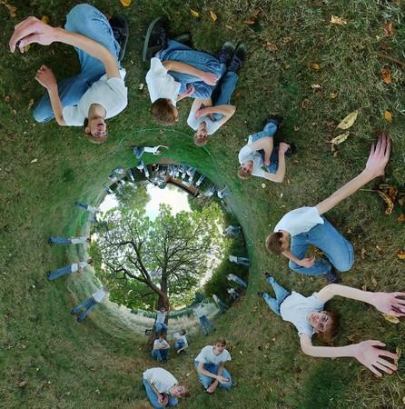 trippy: Un panorama de 360 x 180 estereogr�fica con un joven adolescente que se establecen en la hierba en varias posiciones diferentes, con un �rbol dentro de un c�rculo.  Foto de archivo