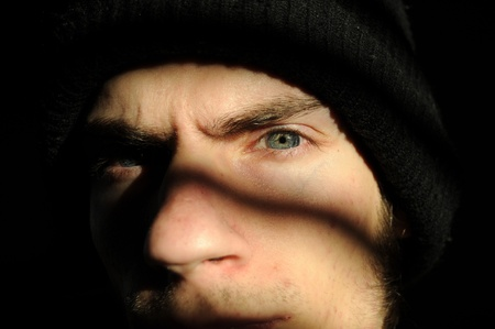 delincuencia: Algunos Penal de especie de creepy disparatado en la oscuridad negras sombras mirando fijamente a su o juventud turbulenta celda de ventana o la c�rcel.