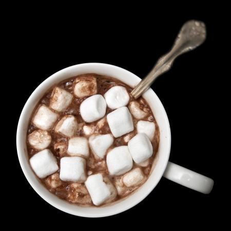 chocolate caliente: Chocolate caliente con malvaviscos aislados sobre fondo negro, fotografiado desde arriba directamente. Foto de archivo