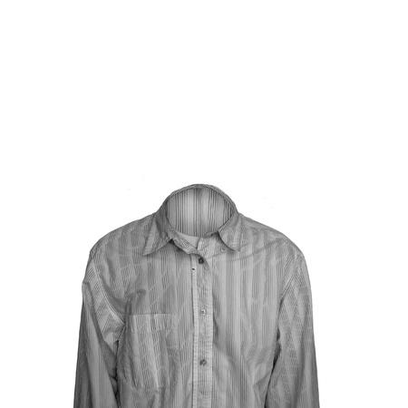 Hombre invisible aislado en fondo blanco puro. Botón formal blanco hasta la camisa.