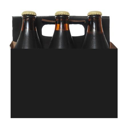 Zes pack kartonnen doos met donker bier flessen geïsoleerd op witte achtergrond